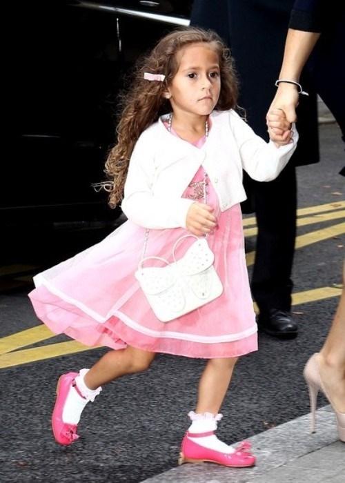 Emme diện túi Chanel trị giá 2.100 USD (46 triệu VND)và dây chuyền 310 USD (6.8triệu VND)sánh bước cùng mẹJennifer Lopez.