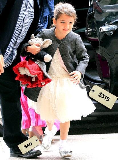 Suri Cruise xinh đẹp như công chúa Bạch Tuyết trong chiếc váy trắng 315 USD (6,9triệu đồng).