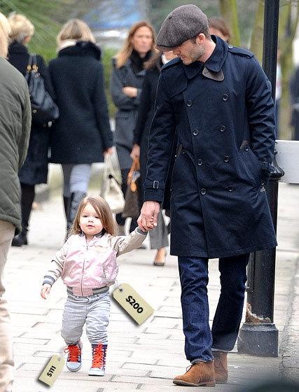 Harper diện chiếc áo khoác 200 USD (4.4 triệu đồng), giày kẻ ngang có giá 111 USD (2,5triệu đồng).