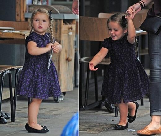 Cô bé diệnbộ váy ngắn của Burberry trị giá 155 bảng Anh (4.5 triệu VND)và đôi giày đến từ thương hiệu Little Marc Jacobs có giá 80 bảng Anh (2.3 triệu VND).