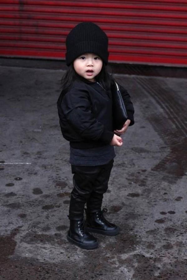 Cô bé thường xuyên diện những thiết kế thời trang mới nhất từ thương hiệu của chú mình.