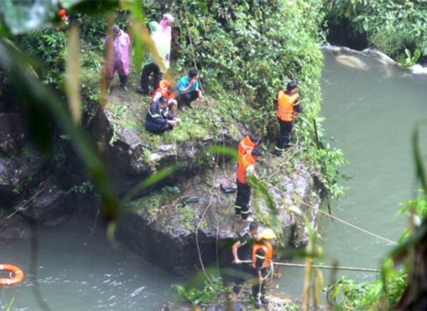 Khẩn trương tìm kiếm nam sinh trượt chân rơi xuống thác Đambri