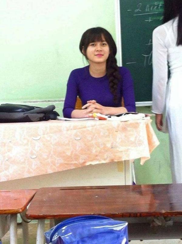 Những bức ảnh chụp lén cô giáo xinh đẹp trong giờ học đang nhận được rất nhiều sự yêu mến và quan tâm từ dân mạng. (Ảnh: Internet)