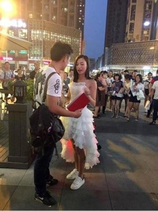 Sốc với món quà cầu hôn của cô gái dành tặng bạn trai