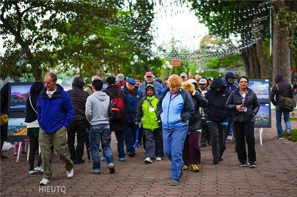 Khách du lịch và người dân sẽ có cơ hội tham gia các hoạt đọng văn hóa đường phố ngay tại không gian sát Tháp Rùa hồ Gươm. Ảnh: Trần Quang Hiếu.