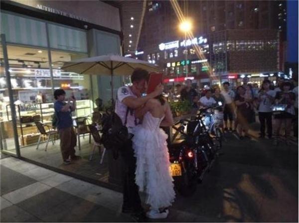 Anh chàng chấp nhận lời cầu hôn và trao cho người yêu một nụ hôn thắm thiết.