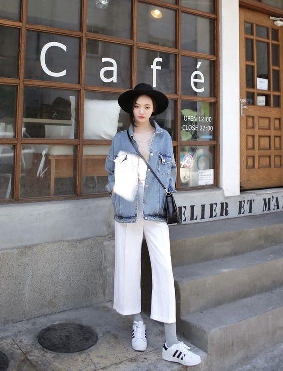 Quần culottes trắng phối cùng giày trắng là một lựa chọn hoàn hảo cho những cô nàng yêu thích sự thanh lịch.