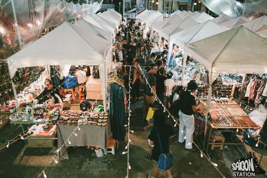 Cơn bão giảm giá đổ bộ chợ đêm cực độc tại Sài Gòn