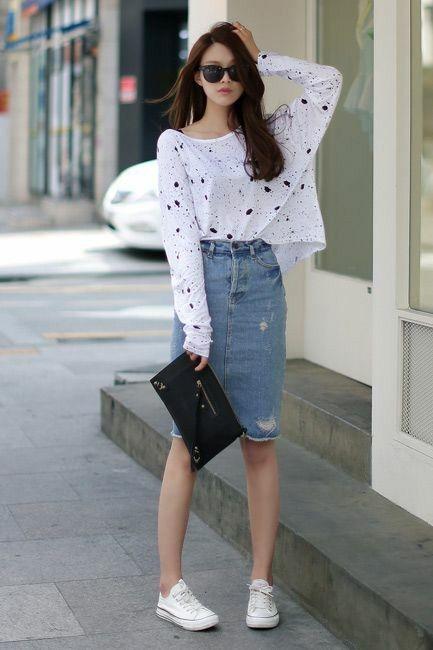 Thậm chí bạn có thể kết hợp đôi giày này với chân váy jeans trẻ trung.