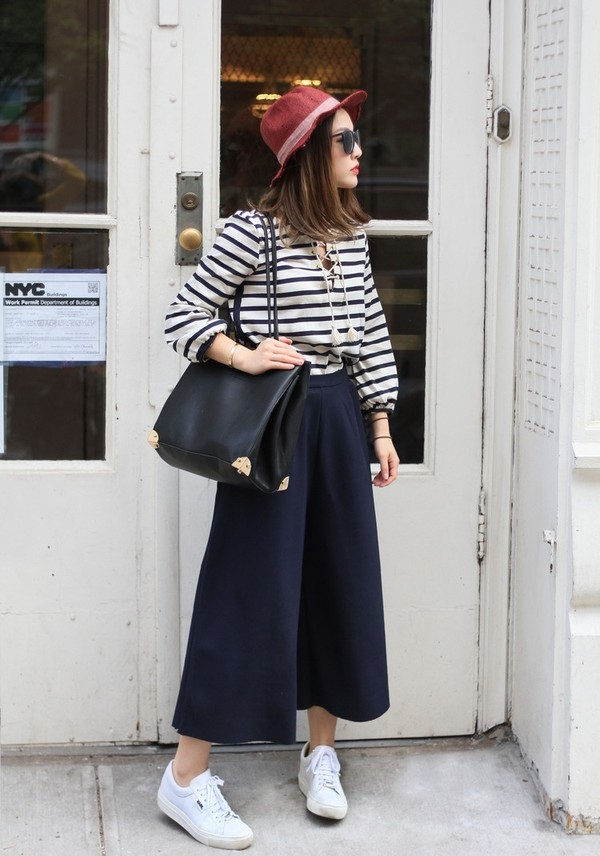Nếu bạn thấp người màmuốn diệnquần culottes đẹp thìchỉnên mangnhững đôi sneaker cổ thấp.