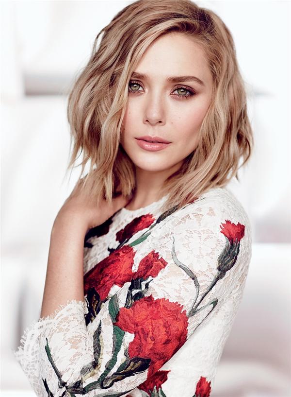 Elizabeth Olsen mang vẻ đẹp chuẩn mực của một người phụ nữ hiện đại với những đường nét cân đối, hoàn chỉnh và đầy nữ tính, đôi khi toát ra vẻ ngây thơ, mỏng manh nhưng cũng có lúc khiến người ta choáng ngợp với vẻ quyến rũ và có chút gì đó bí ẩn, đặc biệt là trong đôi mắt.