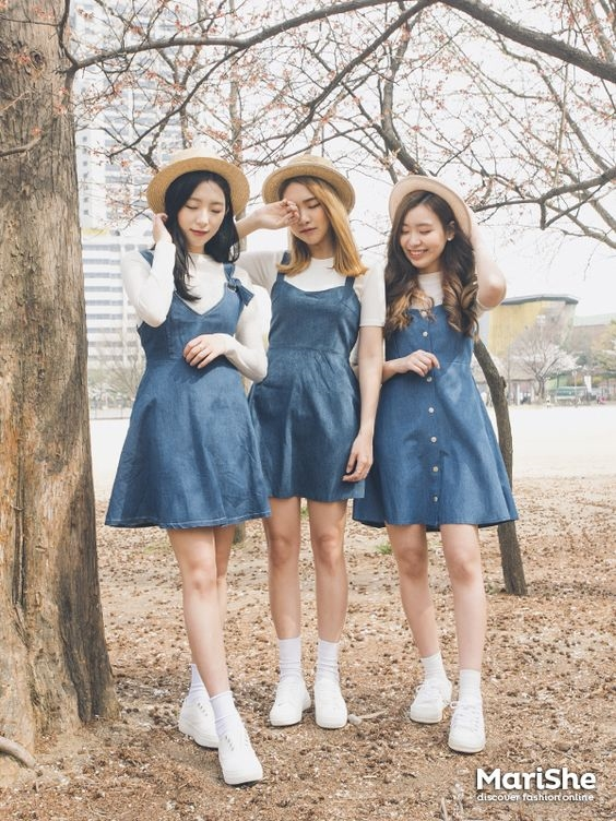 Đầm yếm khiến các cô nàng vừa đáng yêu vừa năng động.