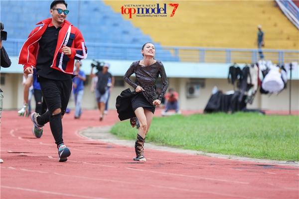 Lý Quí Khánh bất ngờ xé váy của thí sinh giữa sân vận động