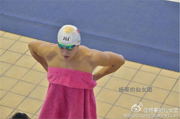 Sun Yang gây sốt khi quấn chiếc khăn tắm màu hồng đầy nữ tính.