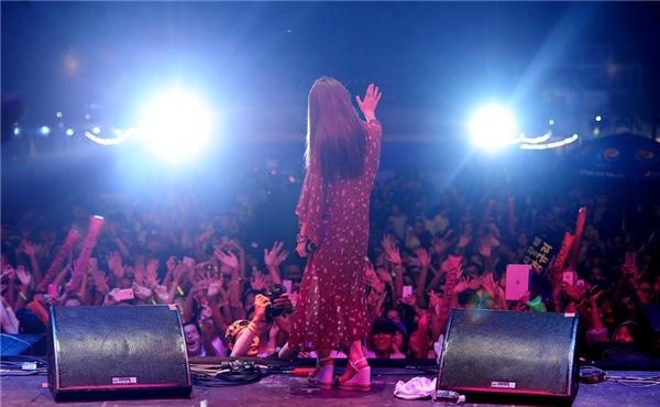 Không ít khán giả đã cố vượt hàng rào bảo hiểm để vươn lên sân khấu trong các phần trình diễn của ca sĩ ngôi sao Hàn Quốc. - Tin sao Viet - Tin tuc sao Viet - Scandal sao Viet - Tin tuc cua Sao - Tin cua Sao