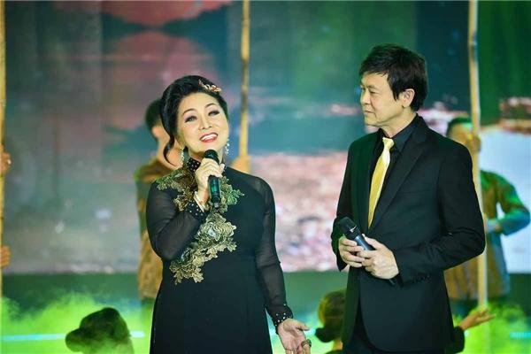 Ngược lại, Thái Châu cũng hướng dẫn đàn chị hát tân nhạc. Cả hai sẽ thể hiện tiết mục tân cổ giao duyên Tình ca đất phương Nam để mở màn đêm thi.