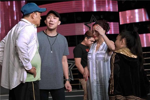 Không những thế, Trấn Thành còn ra sức thuyết phục danh hài Duy Phương và Lê Giang cùng tái xuất trên sân khấu để trợ diễn cho Lê Lộc.