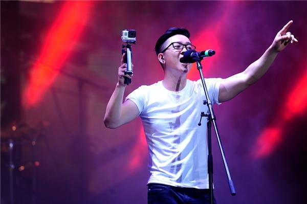 Rocker Trần Thái Châu cùng ban nhạc của anh là Kop Band đã đưa khán giả đến không khí Rock đầy mê hoặc. - Tin sao Viet - Tin tuc sao Viet - Scandal sao Viet - Tin tuc cua Sao - Tin cua Sao