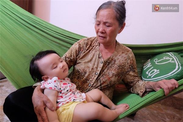 Bà Đường bên đứa cháu nội, vừa chào đời được 8tháng đã mất mẹ. Ảnh: Kênh 14/ Trí Thức Trẻ