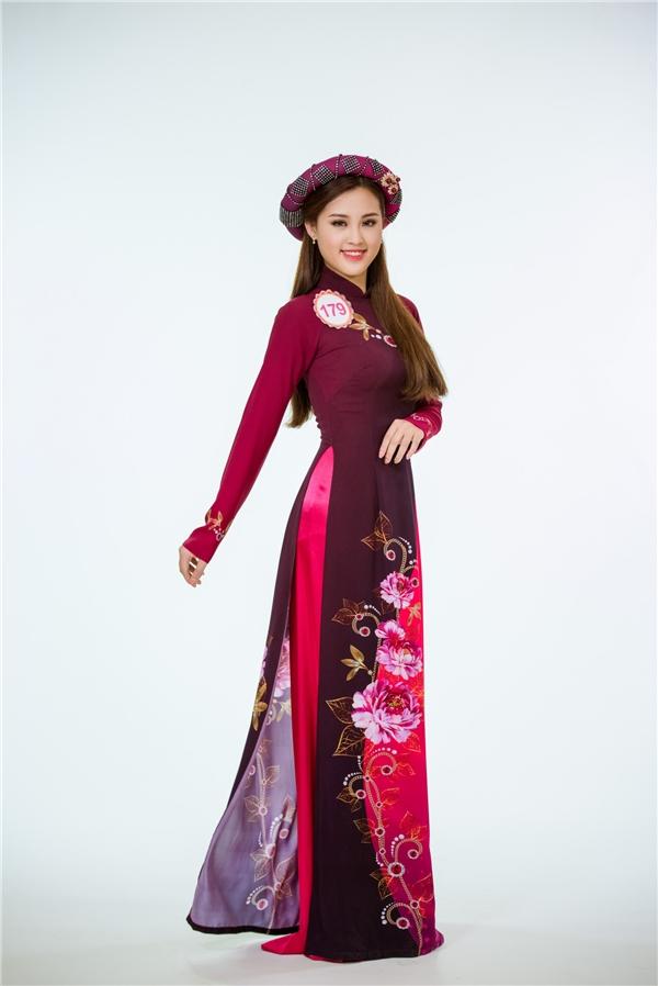 Nguyễn Bảo Ngọc diện thiết kế kết hợp hai tông màu tương phản sắc độ. Sắc màu mang xu hướng cổ điển giúp cô gái này khoe được làn da trắng hồng.
