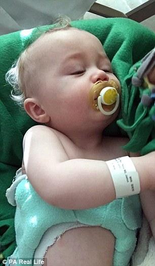 Đứa bé chết dần chết mòn khi mang đai 24/7 làm thẳng cột sống