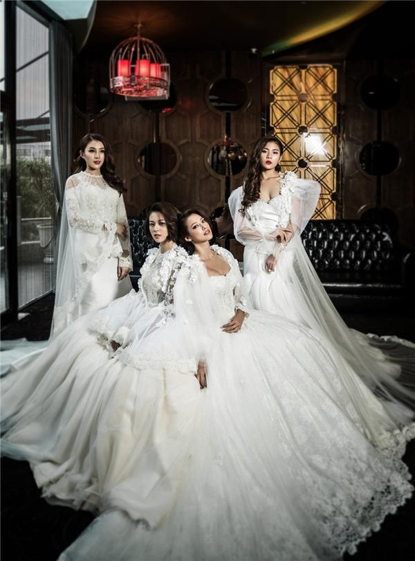 """Bốn""""trò cưng""""Hồ Ngoc Hà diện những chiếc váy cưới lộng lẫy lấy sắc trắng làm chủ đạo. Các thiết kế giúp các người đẹp phô diễn được lợi thế về mặc hình thể như vòng 1 căng đầy, vòng eo con kiến,..."""