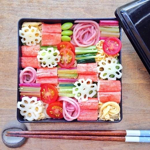Mosaicsushiđược người Nhật yêu thích bởi vì nhờ nó họ có thể mang sushi đến trường hoặc công ty để thưởng thức vào bữa trưa.
