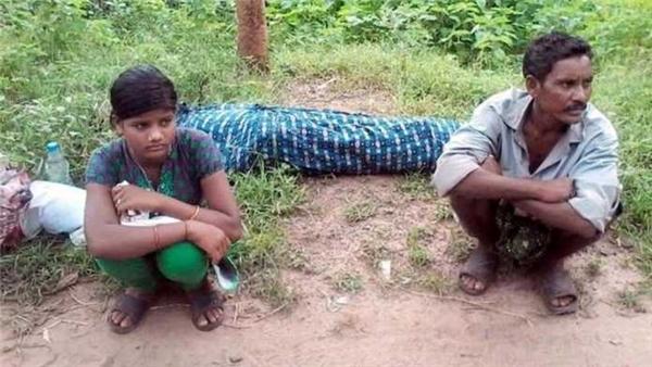 Hai cha con ngồi nghỉ mệt trước khi tiếp tục cuộc hành trình về nhà dài đằng đẵng.