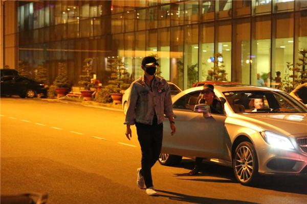 Nam ca sĩ bất ngờ bước xuống xe khiến cộng đồng fans vô cùng bấn loạn.