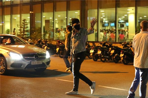 Fan hò hét khi Bi Rain bất ngờ xuống xe, chắp tay chào khán giả