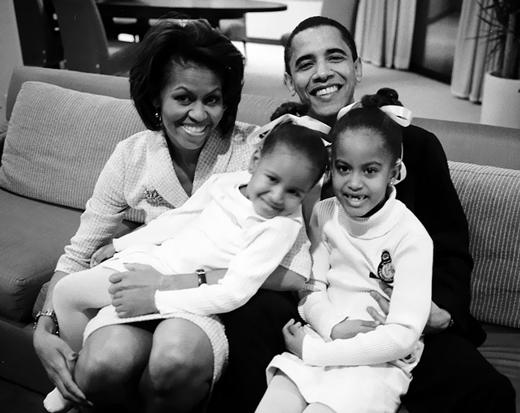 Vợ chồng Obama cùng hai cô con gái là Malia và Sasha đang chờ đợi kết quả bỏ phiếu trong cuộc tổng tuyển cử vào thượng viện năm 2004.