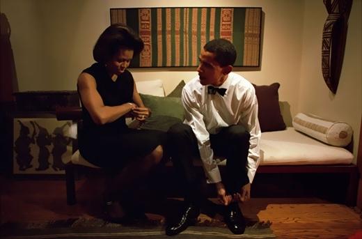 Bức ảnh được chụp vào ngày 8 tháng 12 năm 2004, Barack Obama cùng bà Michelle đang chuẩn bị để lên phát biểu tại câu lạc bộ Kinh tế Chigaco tại quê nhà.