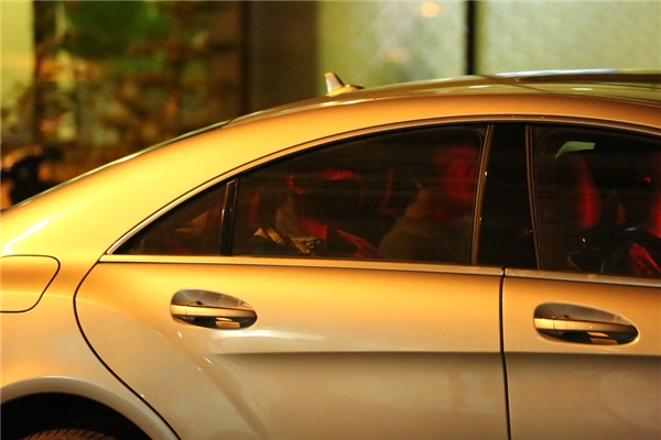 Bi Rain được bảo vệ đưa lên xe và nhanh chóng di chuyển về khách sạn. Trưa mai (28/8), nam ca sĩ sẽ có buổi gặp gỡ truyền thông, báo chí vào lúc 11h.