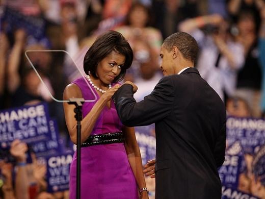 Khoảnh khắc đáng yêu khi ông Obama cụng tay với vợ của mình trong đêm bầu cử tại Trung tâm năng lượng Xcel ngày 3 tháng 6 năm 2008.