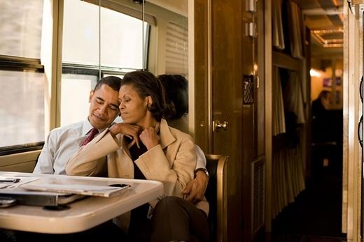 Sau đêm cuối chiến dịch tranh cử vào năm 2008, Obama và bà Michelle đi trên xe buýt ở New Hampshire. Bức ảnh đã khiến nhiều người vô cùng thích thú và cảm thấy sự ấm áp cũng như tình cảm của hai người dành cho nhau.