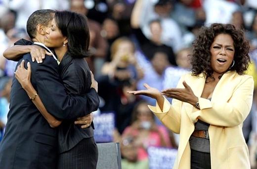 Barack Obama ôm vợ, bà Michelle Obama trong chương trình của MC Oprah Winfrey tại sân vận động Williams Brice, Columbia vào ngày 9 tháng 12 năm 2008.