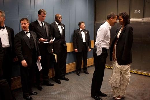 Barack Obama thể hiện tình cảm với bà Michelle Obama trong thang máy tại tiệc nhậm chức ở Washington, D.C vào ngày 20 tháng 1 năm 2009.