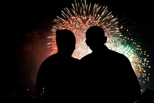 Tổng thống Obama và đệ nhất phu nhân của mình, bà Michelle Obama đón pháo hoa nhân Quốc khánh của nước Mỹ vào ngày 4 tháng 7 năm 2009.