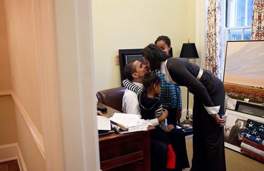 Vào ngày 2 tháng 2 năm 2009, Tổng thống Barack Obama đã thể hiện tình cảm ấm áp của mình cho vợ và hai cô con gái tại phòng nghiên cứu của văn phòng Oval.