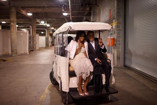 Bức ảnh chụp tổng thống Obama và phu nhân trong chiếc xe golf đến tiệc nhậm chức tại Washington, D.C vào ngày 20 tháng 1 năm 2009.