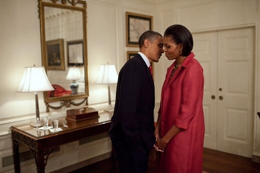 Bức ảnh được chụp vào ngày 19 tháng 5 năm 2010, khi tổng thống Obama cùng phu nhân đang chờ ở phòng Bản đồ của Nhà Trắng để tiếp đón tổng thống Mexico Felipe Calderón và phu nhân Margarita Zavala.