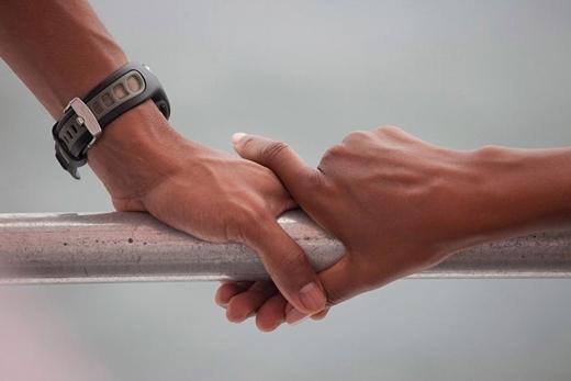 Bức ảnh chụp bàn tay của tổng thống và phu nhân vịn trên lan can của chiếc thuyền trong chuyến đi nghỉ tại vịnh St. Andrews vào ngày 15 tháng 9 năm 2010.