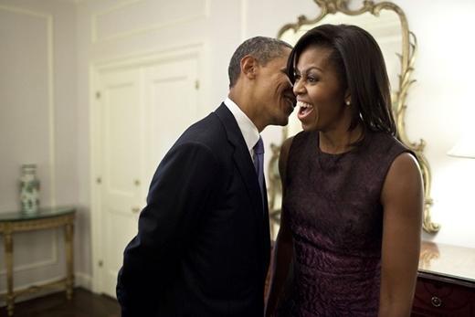 Tổng thống Obama đang thì thầm điều gì đó với bà Michelle trong giờ trưa ở sự kiện tại Đại hội đồng Liên Hiệp Quốc vào năm 2011.