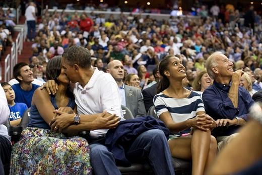 Nụ hôn của tổng thống Obama dành cho phu nhân trong khi đang xem trận đấu của đội tuyển nam Hoa Kì và đội tuyển Brazil tại Verizon Center ở Washington vào ngày 16 tháng 7 năm 2012.