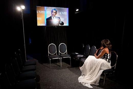 Phu nhân Michelle Obama ngồi lại sân khấu để xem Tổng thống Barack Obama phát biểu tại Hiệp hội dân cư da đen lần thứ 44 diễn ra thường niên tại Washington vào ngày 27 tháng 9 năm 2014.