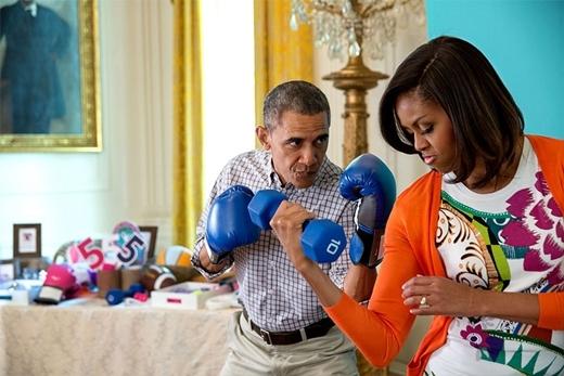 """Tổng thống và phu nhân là cặp vợ chồng đầu tiên nảy ra sáng kiến cho trò """"Gimme Five"""" trong Lễ Phục Sinh vào tháng 4 năm 2015. (Gimme Five: Trò chơi khuyến khích những người tham gia kể ra 5 cách thức để trở nên năng động và có cuộc sống lành mạnh hơn)."""