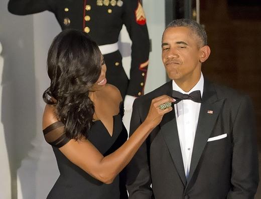 Bà Michelle Obama chỉnh lại cà vạt cho Tổng thống Barack Obama trong buổi chào đón Chủ tịch Tập Cận Bình tại Washington vào ngày 25 tháng 9 năm 2015.