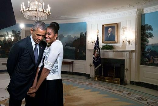 Phu nhân xích lại gần tổng thống trong buổi ghi hình cho World Expo tại Phòng ngoại giao của Nhà Trắng vào năm 2015.