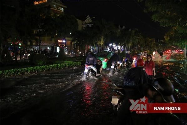 Nhiều tuyến đường bịngập lụt trầm trọng.