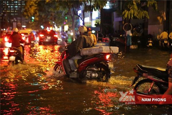 Nhiều nơi nước ngập tới nửa bánh xe.